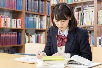 勉強する女子高生の写真