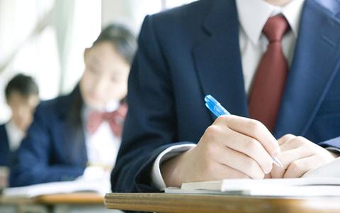 授業を受ける高校生の写真