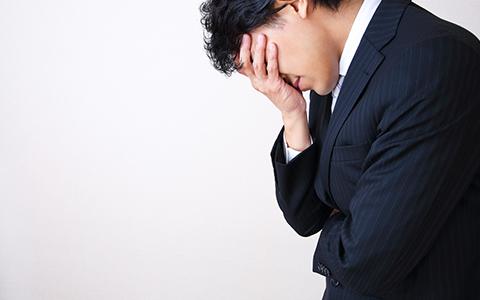 悩む講師の写真