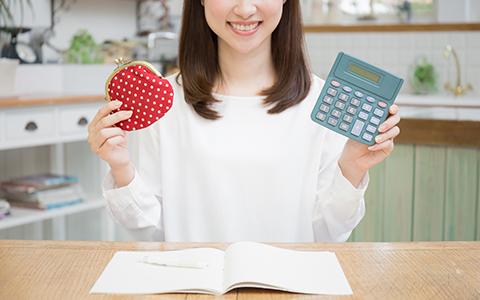 財布と計算機を持った女性の集合写真